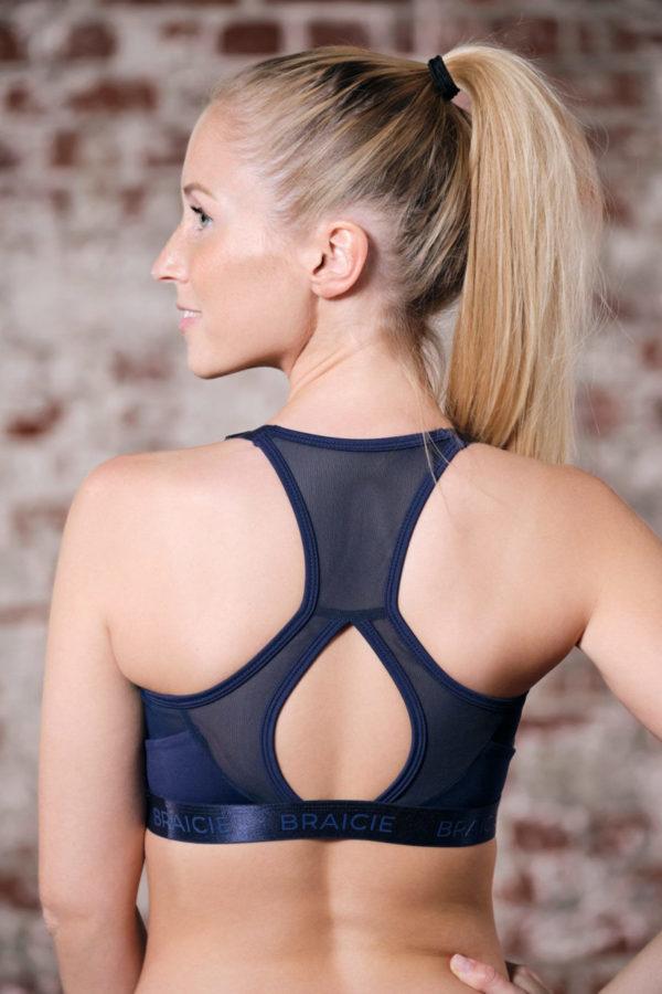Rückenansicht einer Frau im BRAICIE Elegance Sport-BH in blau