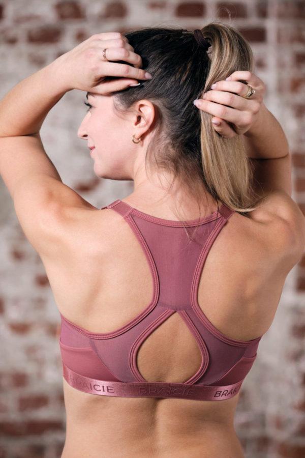Rückenansicht einer Frau im BRAICIE Elegance Sport-BH in rose