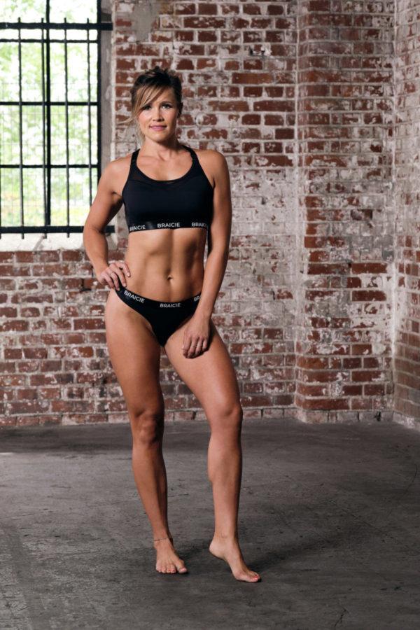 Ganzkörper Vorder-Ansicht einer Frau im Sport-BH und Sport-String in schwarz