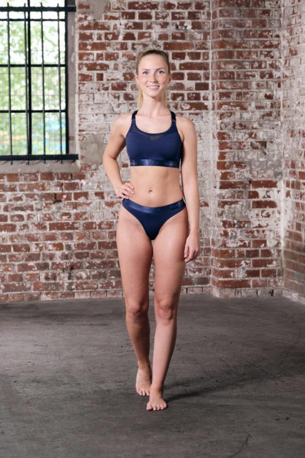 Ganzkörper Vorder-Ansicht einer Frau im Sport-BH und Sport-String in blau