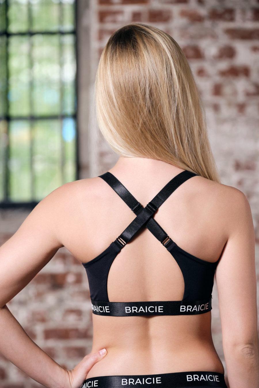 Rückenansicht einer Frau im BRAICIE Empower Sport-BH in schwarz