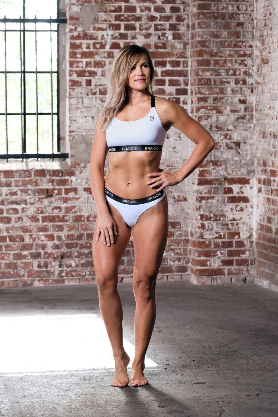 Ganzkörper Vorder-Ansicht einer Frau im Sport-BH und Sport-String in weiß