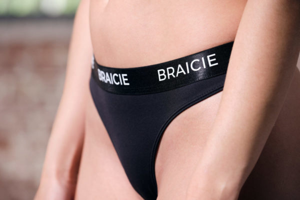 Unterkörper Detail-Ansicht einer Frau im BRAICIE Light Cut Sport-String in schwarz