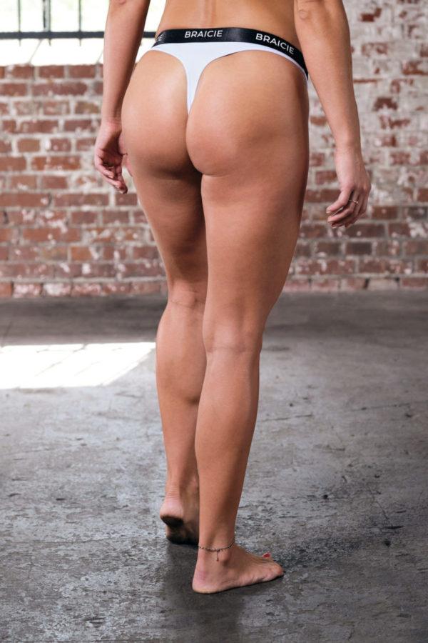 Unterkörper Rückansicht einer Frau im BRAICIE Light Cut Sport-String in weiß