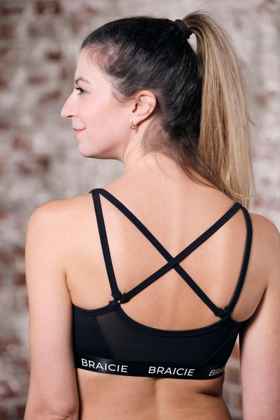 Rückenansicht einer Frau im BRAICIE Passion Sport-BH in schwarz