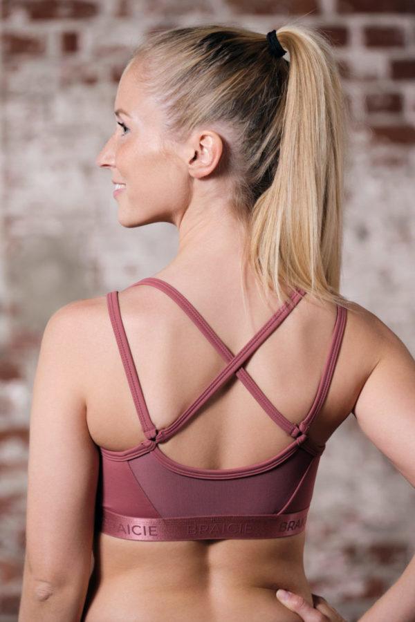 Rückenansicht einer Frau im BRAICIE Passion Sport-BH in rose