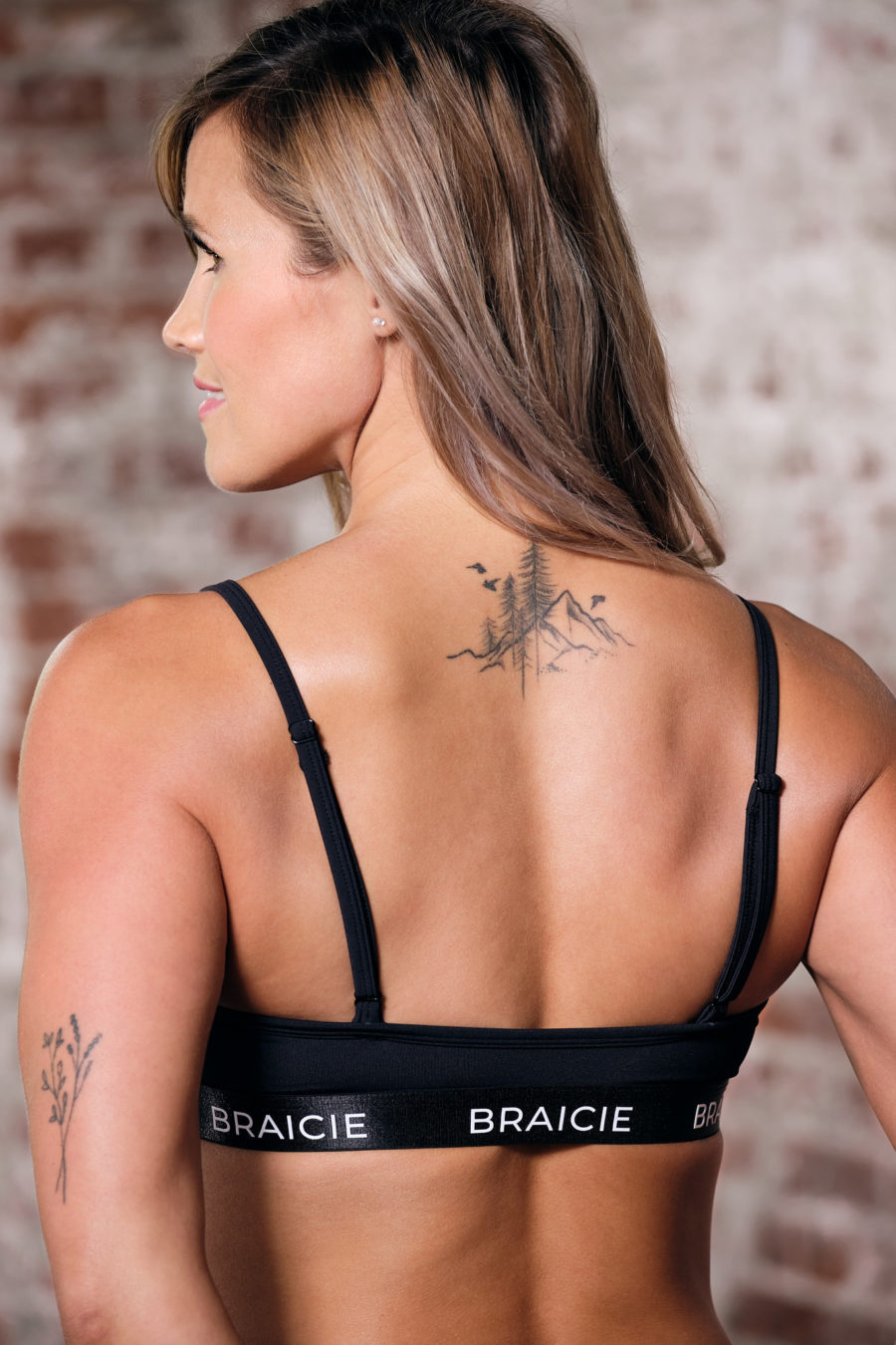 Rückenansicht einer Frau im BRAICIE Pure Sport-BH in schwarz