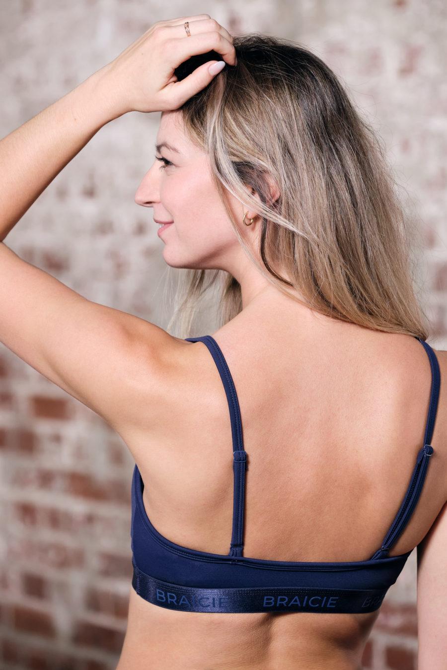 Rückenansicht einer Frau im BRAICIE Pure Sport-BH in blau