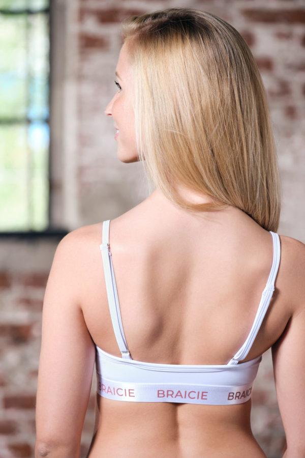 Rückenansicht einer Frau im BRAICIE Pure Sport-BH in weiß