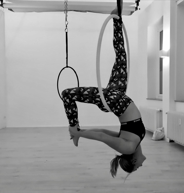 Frau macht Aerial Hoop Fitness im Sport-BH von BRAICIE